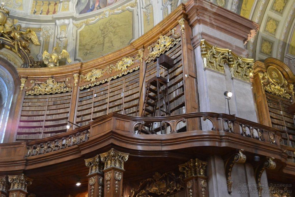 Стеллажи с книгами располагаются в двух ярусах.