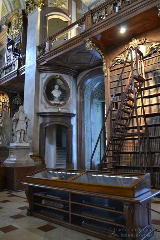 Под стеклом хранятся старинные книги, карты, рукописи.