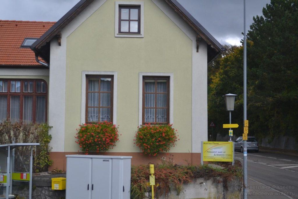 Все окошки домов украшены разными цветами