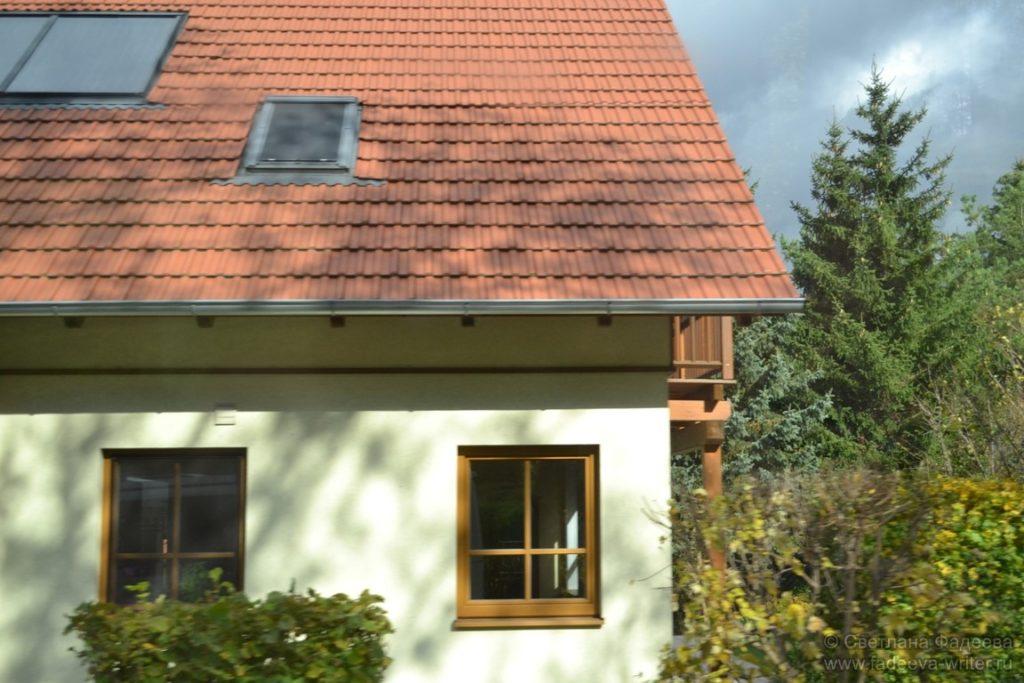 Разноцветные черепичные крыши с орнаментом из окон меня околдовали