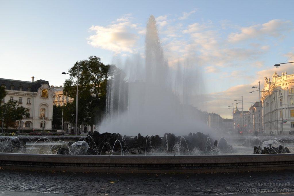 Фонтан на площади Шварценбергплац