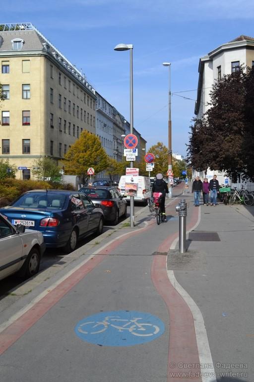 Отличные велосипедные дорожки, отделённые от пешеходных.