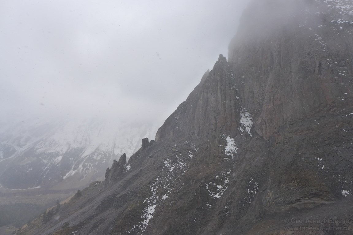 Облака опускаются в ущелье очень быстро, и в этот момент лучше поскорее спускаться в безопасное местечко.