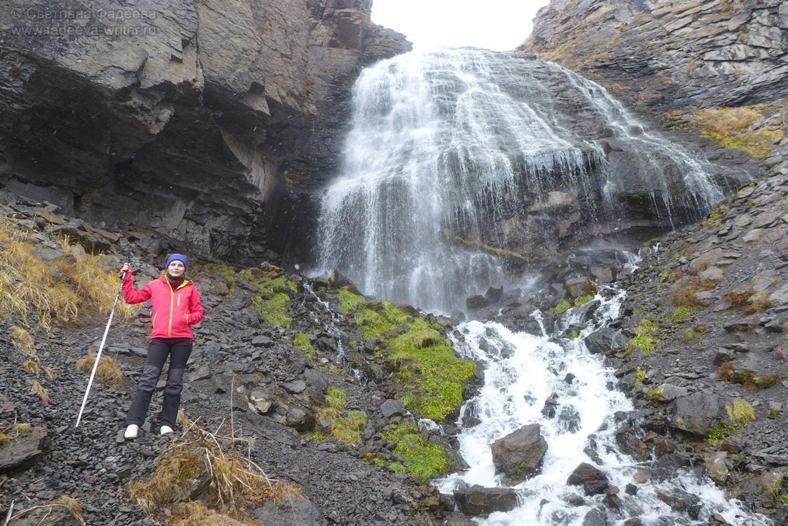 Воды водопада идут из ледника Гара-Баши, который является одним из 23-х ледников Эльбруса.