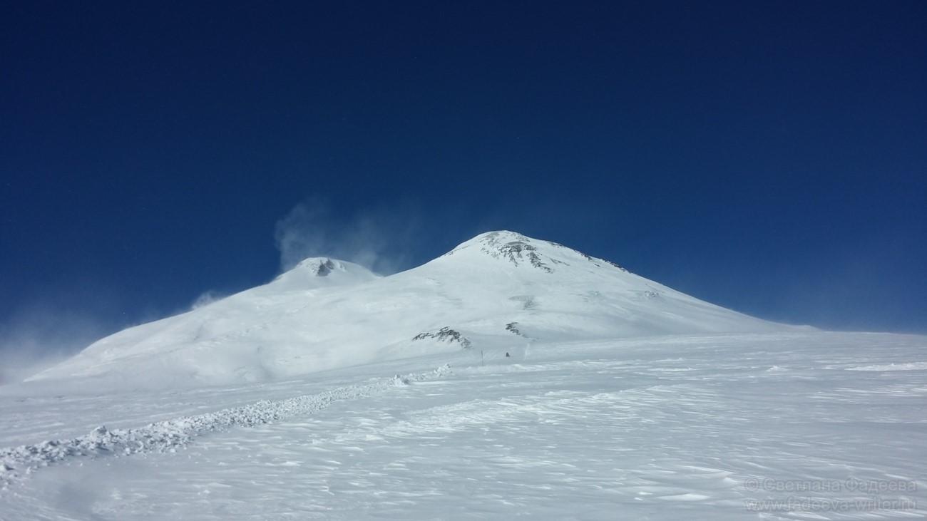Эльбрус западная (5642 м) и Эльбрус восточная (5621 м)