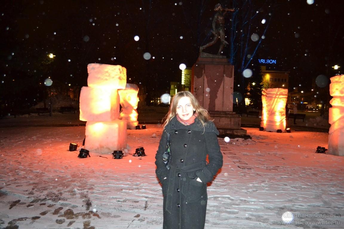 На этот раз организаторы удивили необычными снежными конструкциями, подсвеченными прожекторами.