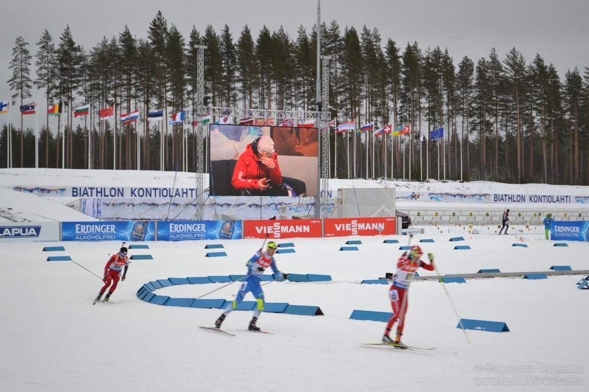 Участники продолжают финишировать, а юный Йоханнес Тиннес Бё не может поверить, что стал чемпионом мира.